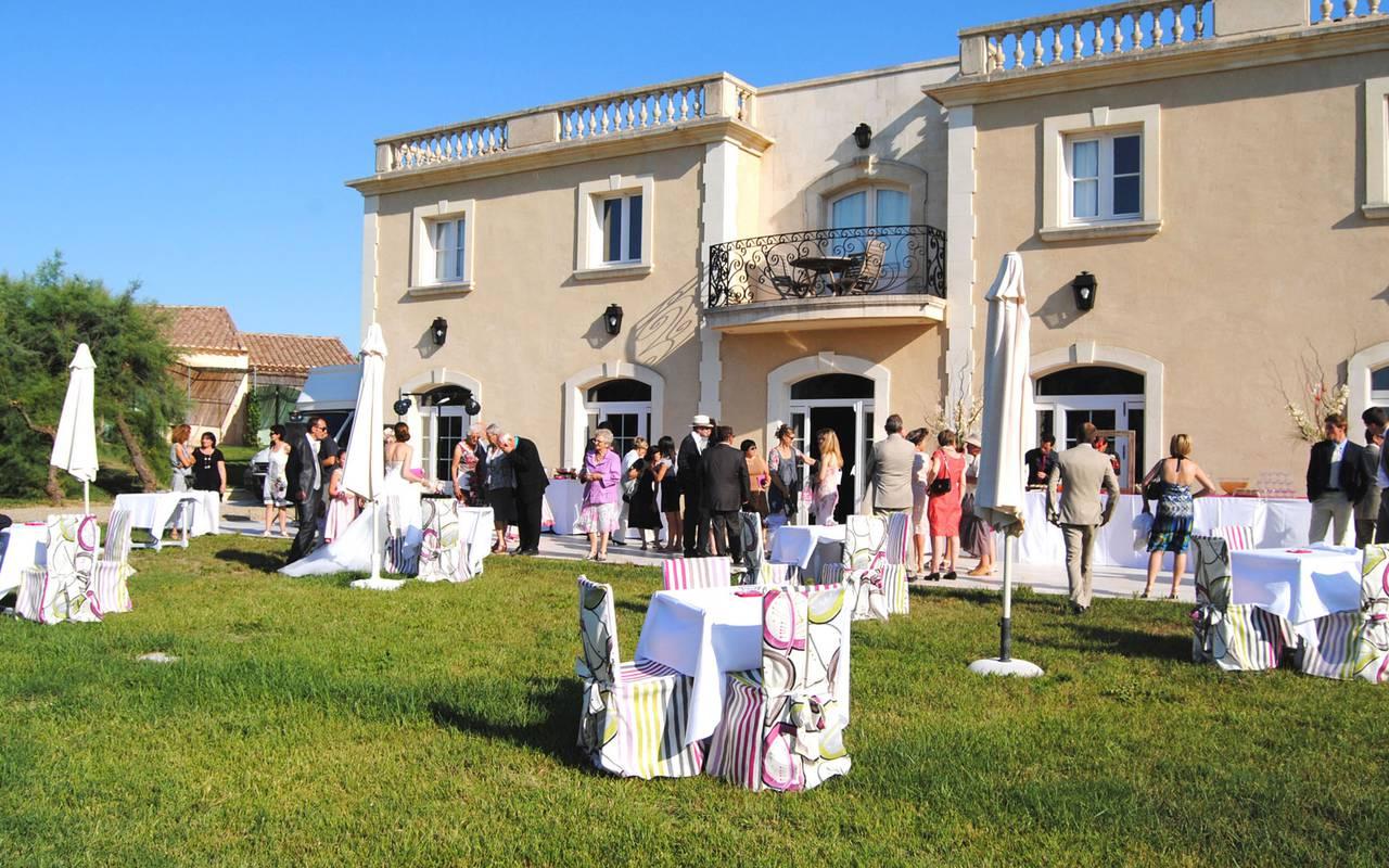 Réception dans le jardin, mariage Camargue, Le mas des Sables