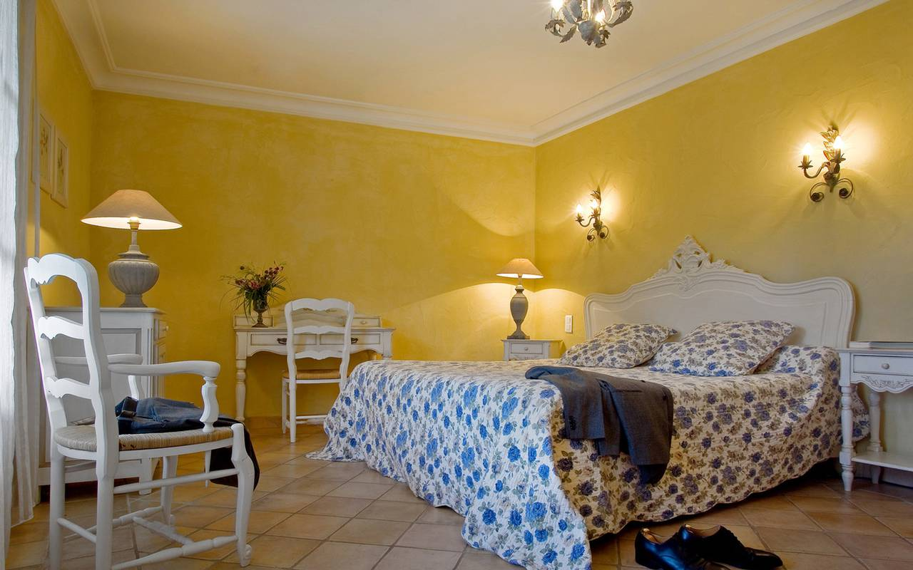 Yellow walls room Aigues mrotes hotel