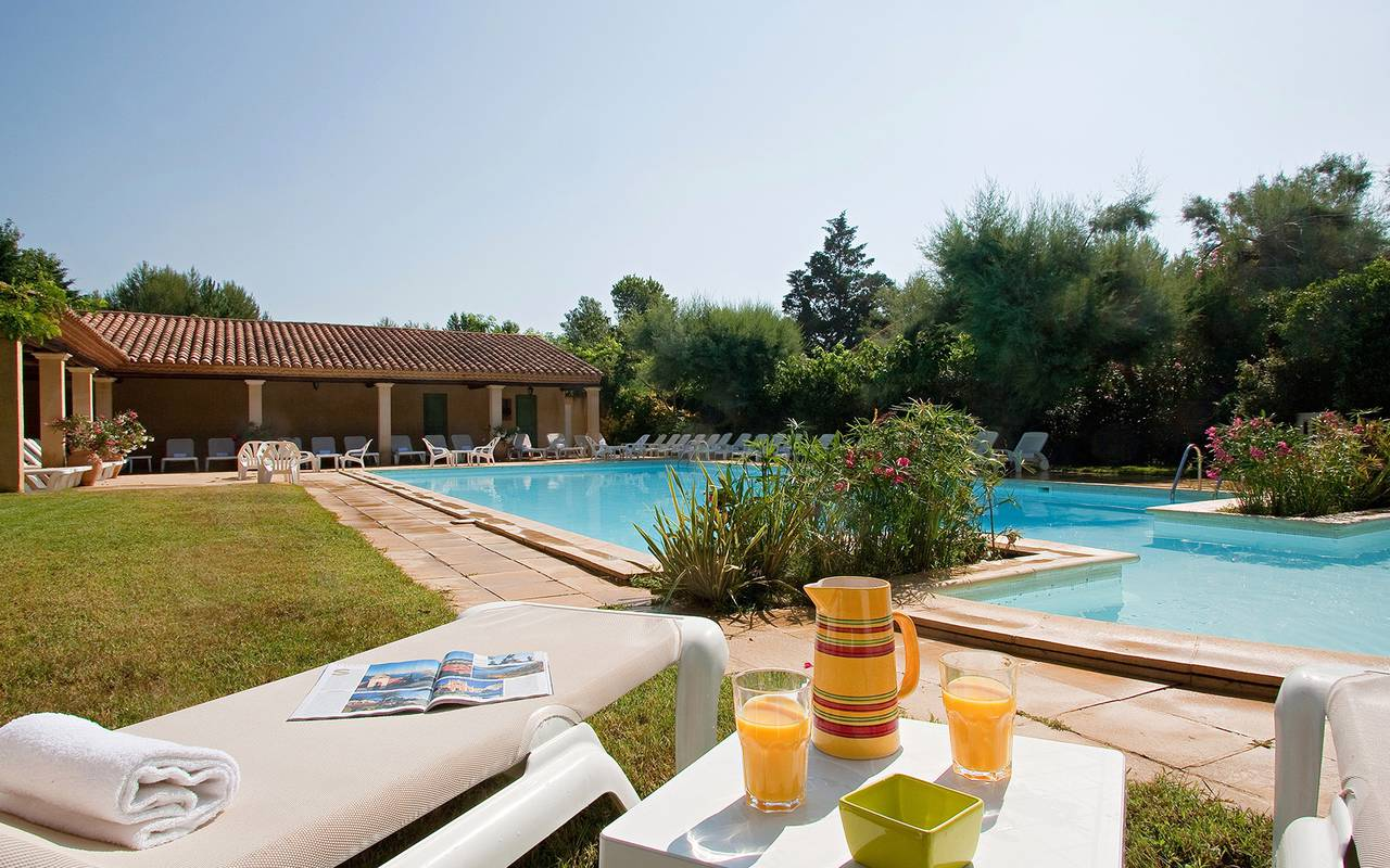 Relax yourself on the pool edge Aigues mortes hotel