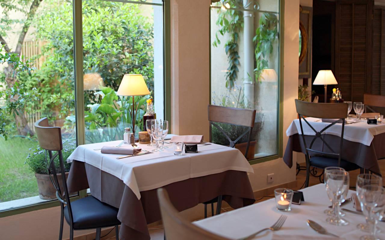 Agréable salle de restaurant hôtel de charme Aigues mortes