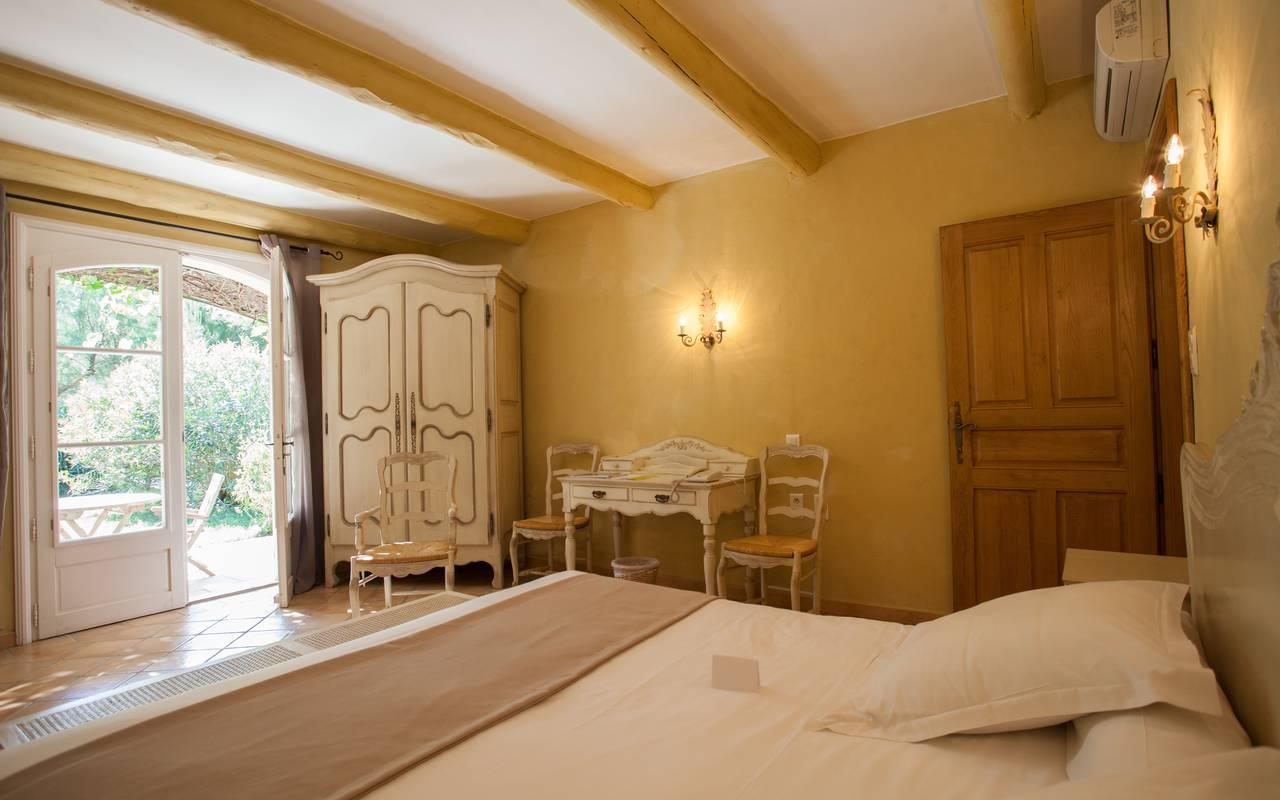 Chambre chaleureuse hôtel Aigues mortes