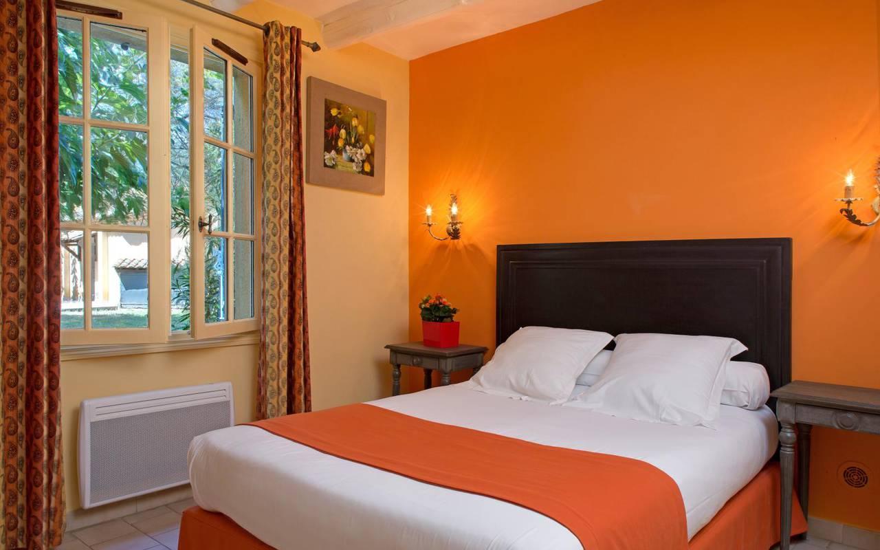 Chambre orange hôtel de charme Camargue