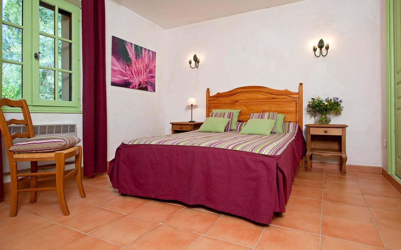 Chambre colorée dans notre hébergement en Camargue, Le Mas des Sables
