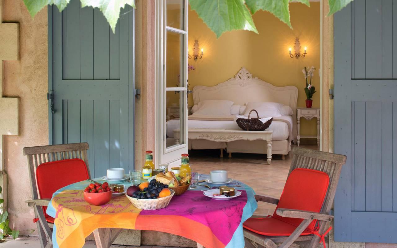 Chambre avec terrasse dans notre hôtel Le Mas des Sables, week-end en Camargue